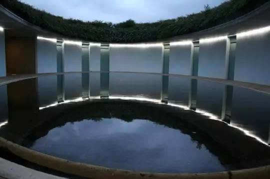 安藤忠雄将古罗马原顶建筑风格应用在此,创造了名为《水》的弧形