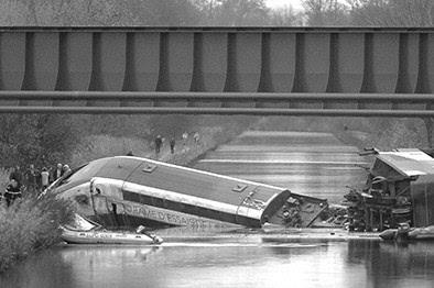 法国高铁列车试跑脱轨坠河致死10人