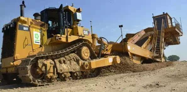 其它 正文  国外的施工现场有一台结合了铲运机和排土机的设备,前面是