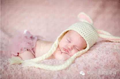 让宝宝趴着睡觉还可以避免宝宝把头睡扁