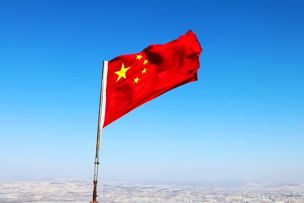 主峰观景台上飘扬的五星红旗.
