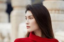 何穗《上新了故宫》造型美轮美奂,红针织毛衣配黑裙,优雅又大方