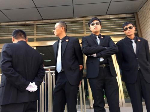 """河南律师冯文辉带""""保镖""""出庭,吃瓜群众:香港电影看多了吧?"""
