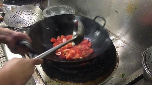 新东方大厨工资13000,看他做道西红柿炒蛋,这颠锅技术真牛
