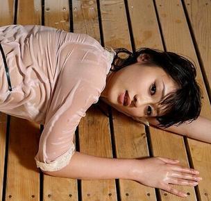 美国少妇木耳b图_日本女性减压服务你想不到 帅哥送福利少妇开心不已