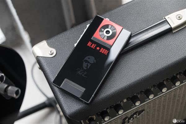 崔健授權推出個人定制手機30 年藍色骨頭手機