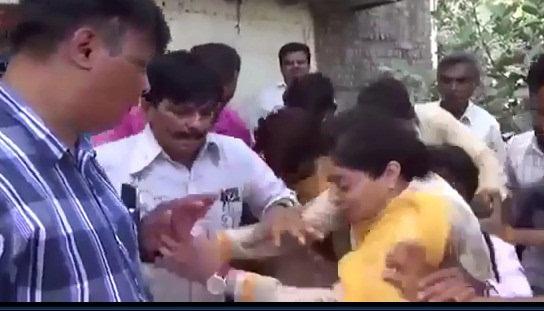 欧洲女大胆露阴沟_印度女议员电视采访时掉入阴沟致头部受伤