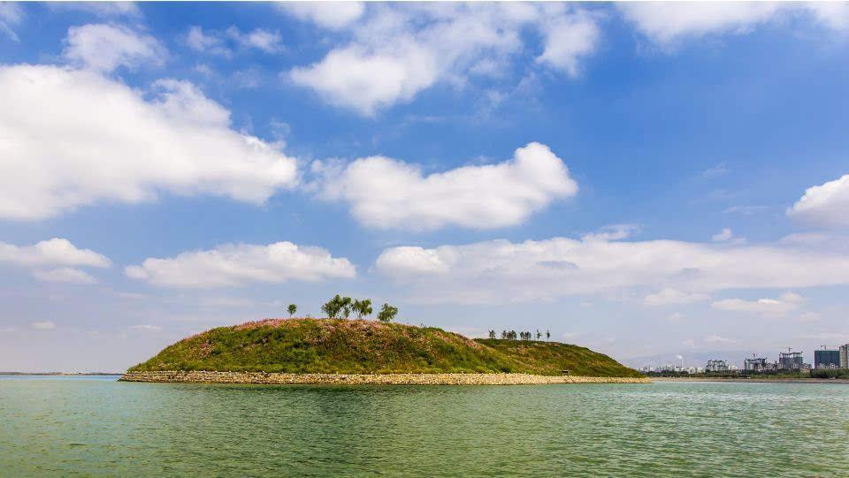 """乌海已逐渐形成""""城在水中,水在城中,山水相依""""的城市景观,而美丽乌海"""