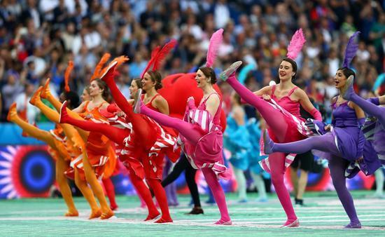 罗马尼亚体操队_罗马尼亚老帅约尔达内斯库走到看台前面,拥抱流泪的18岁女儿 两队此前