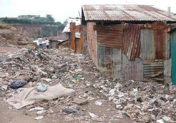 大多數人住的房子旁邊就是垃圾堆.