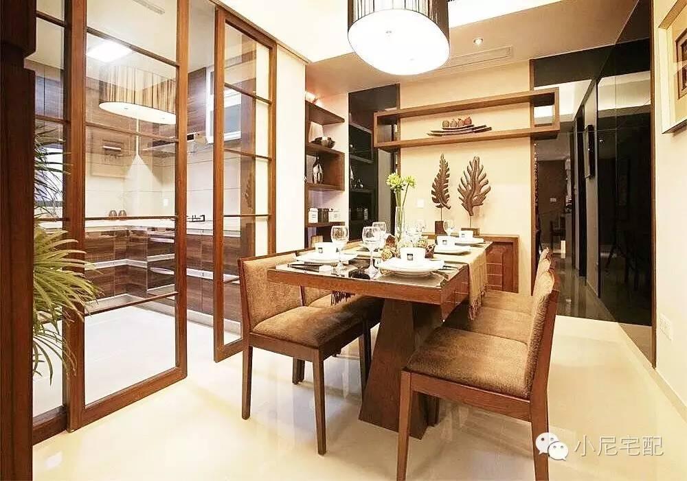 新中式风格诞生于中国传统文化复兴的新时期,在中国文化风靡全球的现今时代,中式元素与现代材质的巧妙兼柔,将其中的经典元素提炼并加以丰富。今天小尼君就带来一套新中式风格装修,看起来慢慢的温馨感!  中式元素与现代材质的巧妙兼柔,缔造温馨风格;  大大的落地窗加上古典红色窗帘的点缀,享受充足阳光和文古典化中徜徉;  整个环境色调偏暖暖的黄色,也许选择的户主就是喜欢这种温馨的感觉;  用吧台给空间划分出一个过道,平时还能办公使用;  餐厅和厨房之间用玻璃门做隔断,划分区域的同时还能给空间一个延展性;  餐边柜也选