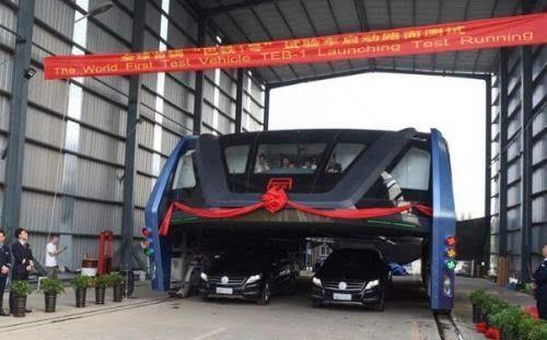 巴铁试验车启动路面测试 车长22米的照片 - 2