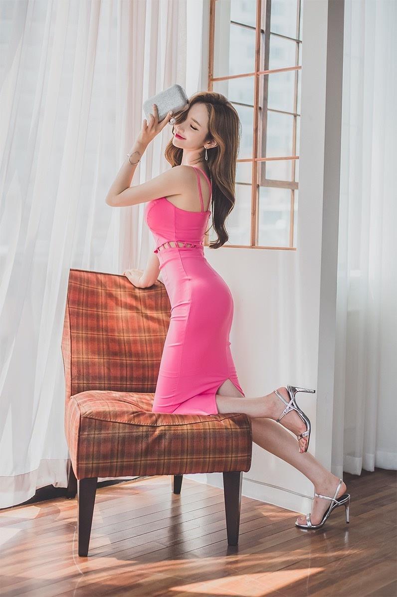 粉红色小女生逼逼_李妍静玫红靓丽长裙气质逼人写真