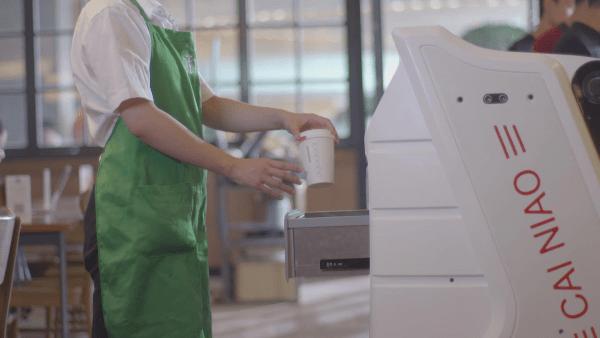 菜鸟网络发布配送机器人 能开电梯会让路的照片