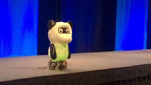 微软展示全球首个靠Win10和英特尔Joule驱动的机器人的照片