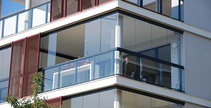阳台封窗注意事项三:检查阳台硅胶。硅胶是阳台防水的必须也是很重要的部分。阳台漏水很大部分是由于室内硅胶漏打或使用劣质硅胶造成的。因此,想要阳台拥有很好的防水功能,不仅室内需要打硅胶,室外同样需要。 阳台封窗注意事项四:阳台玻璃的封压要尽量使用硅胶而非皮条。