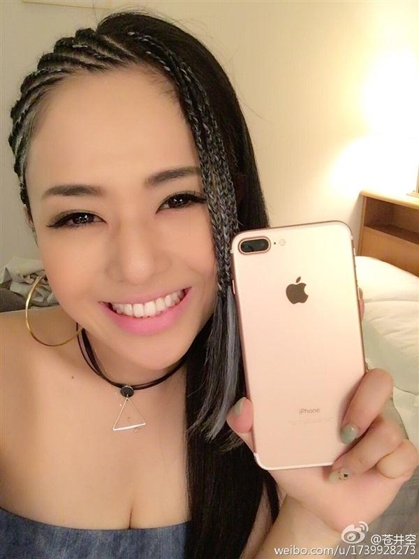 苍井空微博晒iPhone 7 Plus:太大了不习惯的照片 - 2