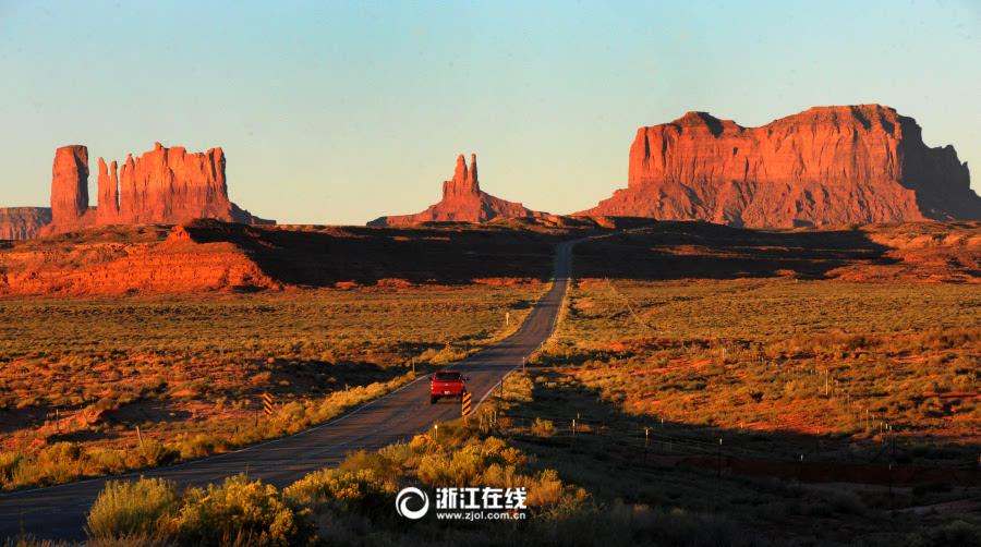 紀念碑谷也是美國西部持久的象征,紅色的平頂山矗立在沙漠中,色彩鮮明