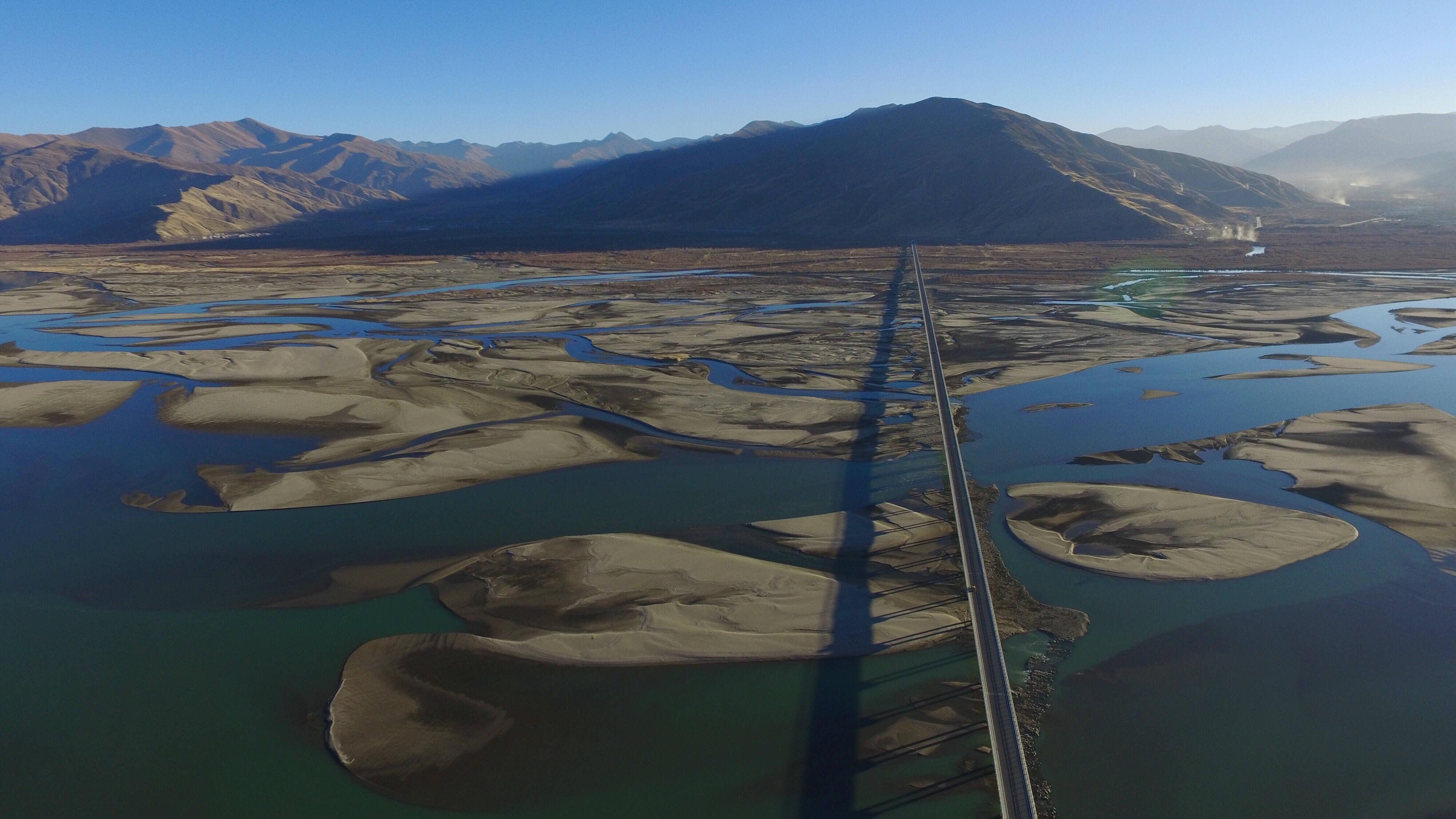 这是位于西藏山南市扎囊县境内的扎囊特大桥(12月11日摄).
