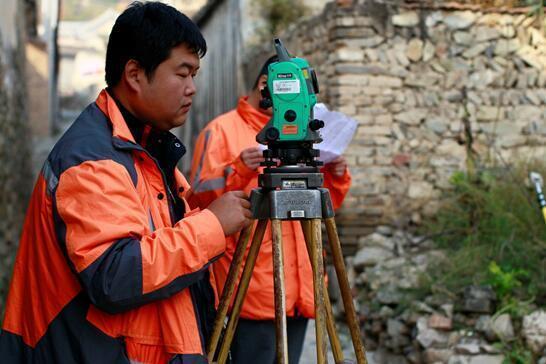 工地全站仪_2015年10月17日,管线初步调查结束,观测员利用数字全站仪测量管线精确