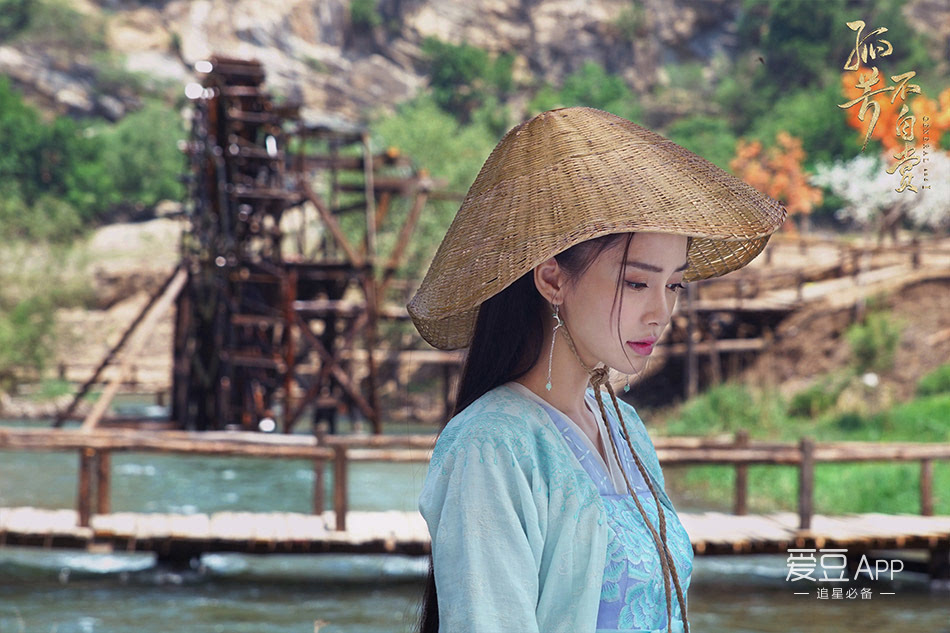 《?#36335;?#19981;自赏》曝光了一支插曲mv,插曲《风景旧曾谙》由谭旋谱曲,刘畅