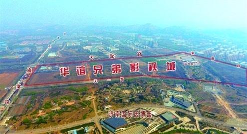 """在长清园博园湖区上空往北鸟瞰,公园北邻即是""""华谊兄弟影视城""""大致"""
