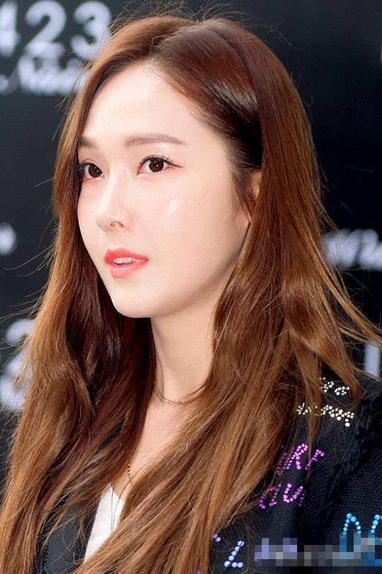 前少女時代成員jessica(本名:鄭秀妍)在首爾新沙洞出席了某時尚品牌的圖片
