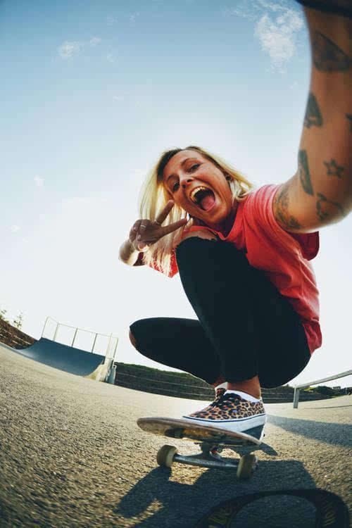 美国街头美女图片_滑板!纹身!美女!美国街头的性感!