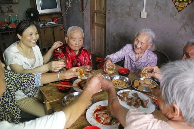 郑天付老人与妹妹一家人一起吃团圆饭