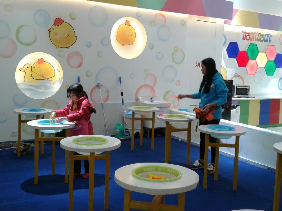 """在大商场设置""""儿童娱乐区"""",是商家的一种经营策略,也算是一种较新颖"""