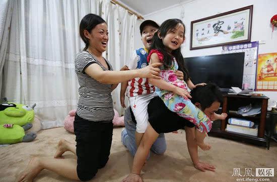 邓鸣贺出院后照片_康复出院后的邓鸣贺跟妹妹一起玩游戏.