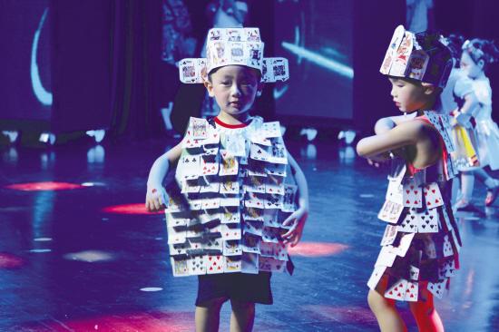 一群幼兒園小朋友上演的環保時裝秀讓觀眾忍俊不禁