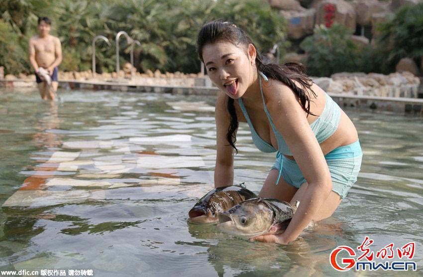 丰满裸体艺术美女����9i)�l.�n��g,�f-9��K��K�>Xi�y�_郑州比基尼美女泳池内上演摸鱼大赛 围观者多为男士