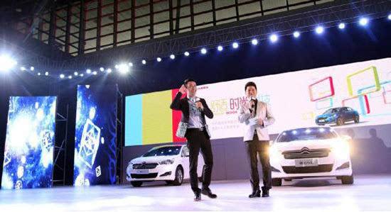 河南电视台王牌真人秀节目《你最有才》主持人刘雯与在场观众互动