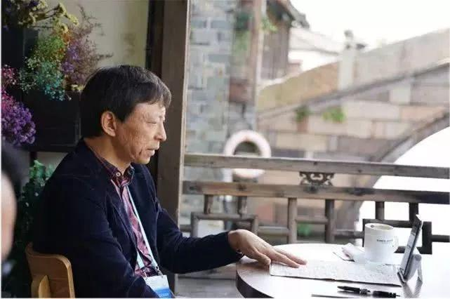 搜狐视频_紧张的会议议程间,张朝阳在搜狐视频开设的英语教学直播也没有间断
